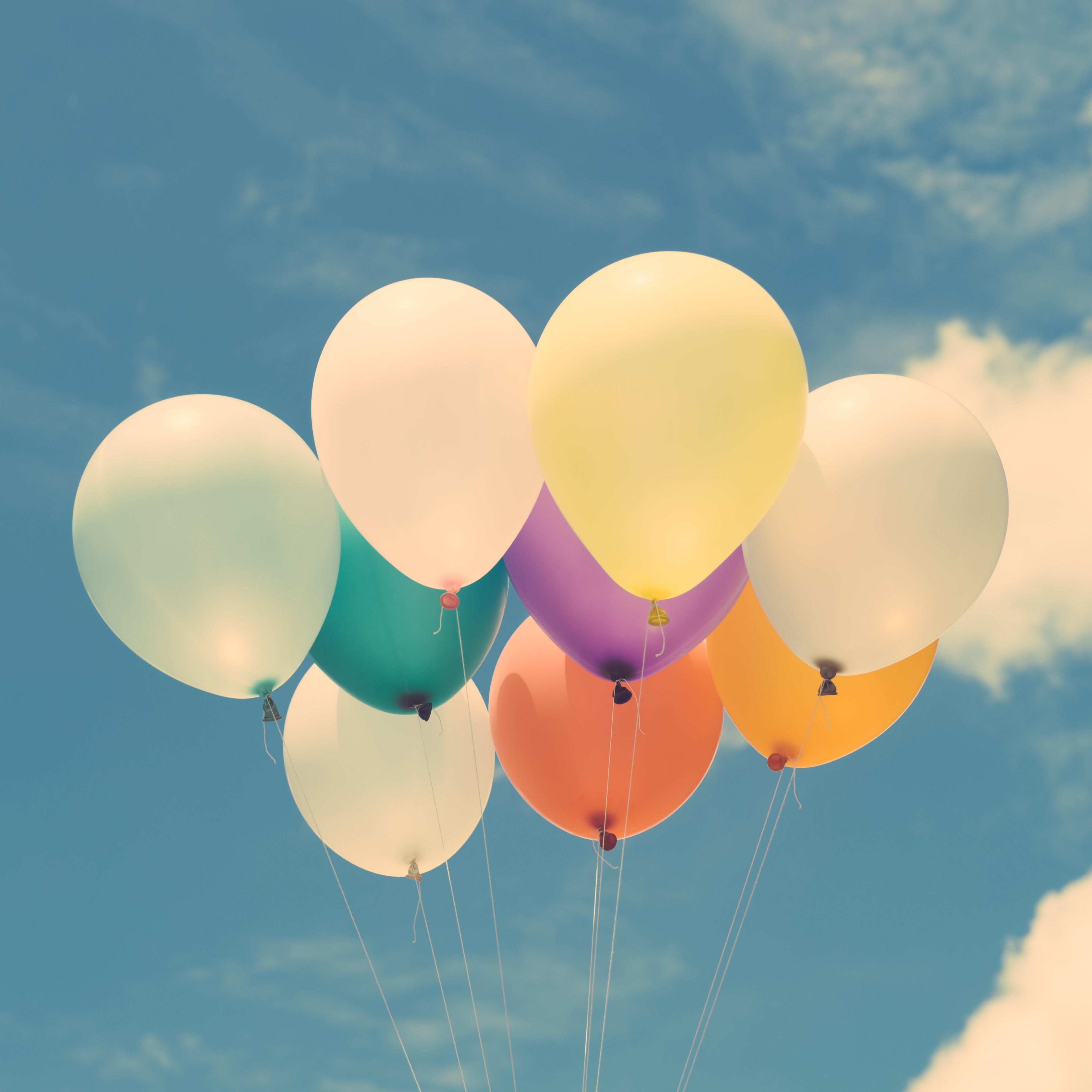 Ballonger med blå himmel